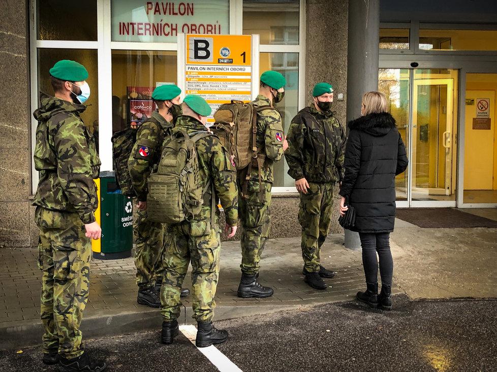 Armáda vyslala své chemiky do nemocnice v Liberci, ve které chybí personál.