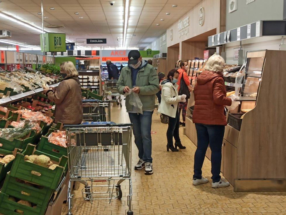 Supermarket Lidl v plzeňské čtvrti Skvrňany byl v sobotu dopoledne plný lidí (31. 10. 2020)