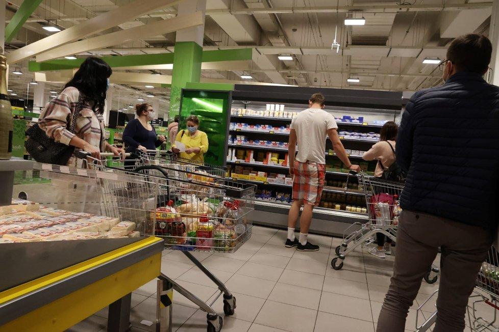 Davy lidí nakupujících v hypermarketu Albert na pražském Chodově (31. 10. 2020)