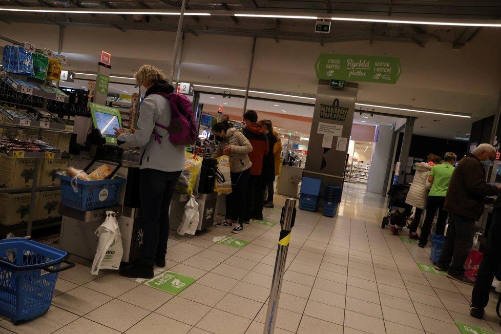 Lidé nakupující v hypermarketu v pražském obchodním domě Arkády Pankrác (31. 10. 2020)