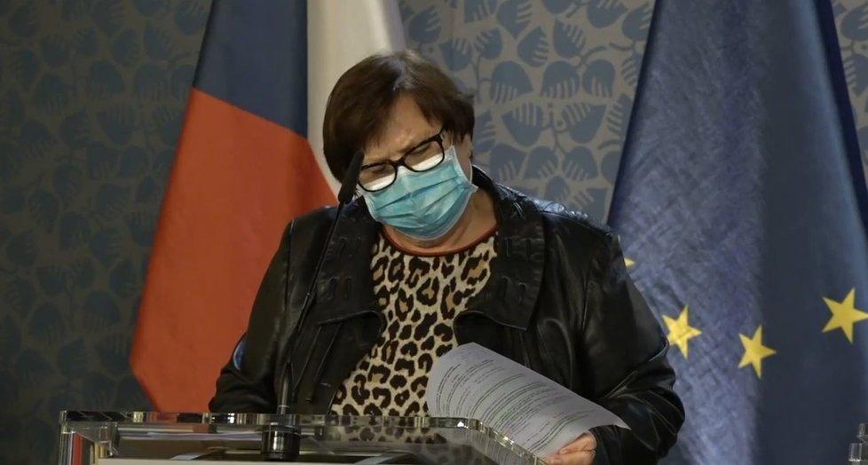 Ministryně spravedlnosti Marie Benešová (za ANO) oblékla na tiskovou konferenci po jednání vlády vlády halenku s leopardím vzorem a koženou bundu. (2. 11. 2020)