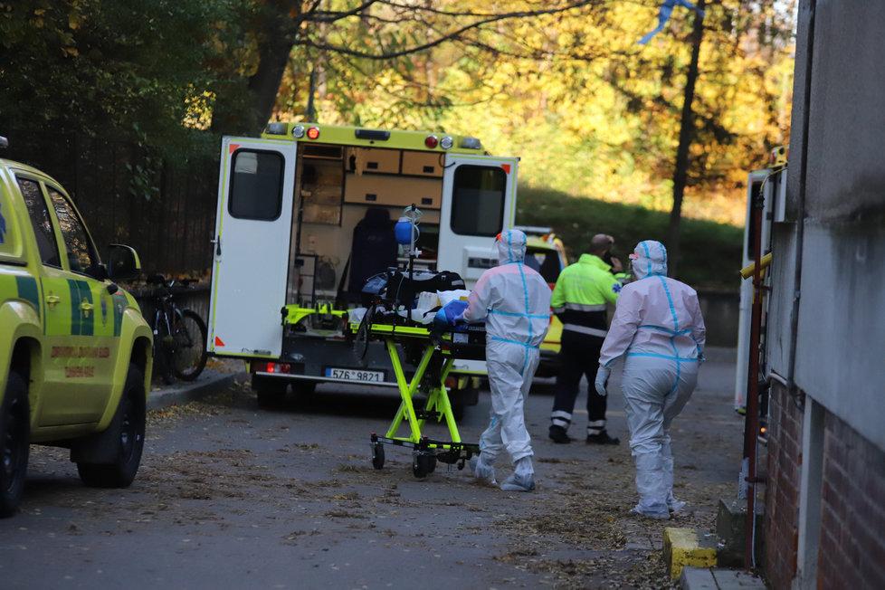 Pět pacientů nakažených koronavirem ve vážném stavu převezli do motolské nemocnice, 6. listopadu 2020.