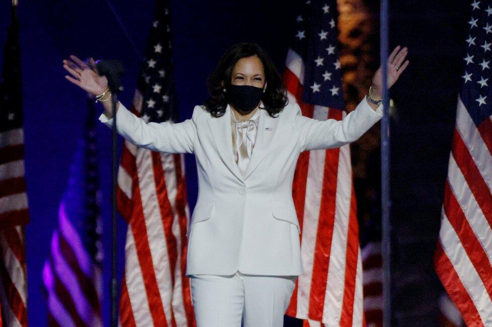 Zvolená viceprezidentka Kamala Harrisová při příchodu k vítězném projevu ve Wilmingtonu