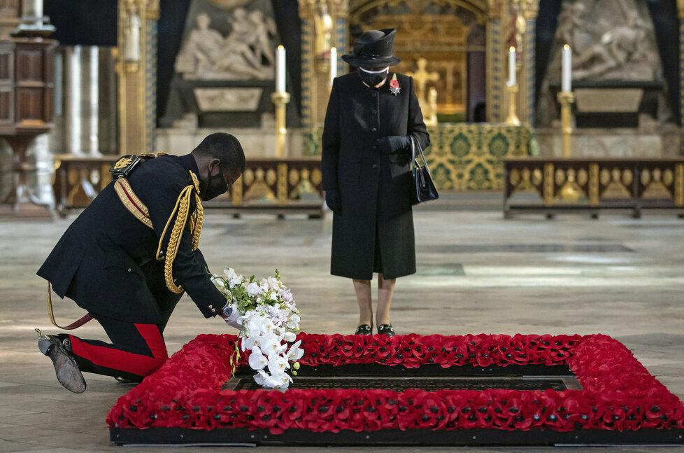 Hygienická opatření doprovázela i ceremoniál, kterého se zúčastnila britská královna Alžběta II. (7.11.2020)