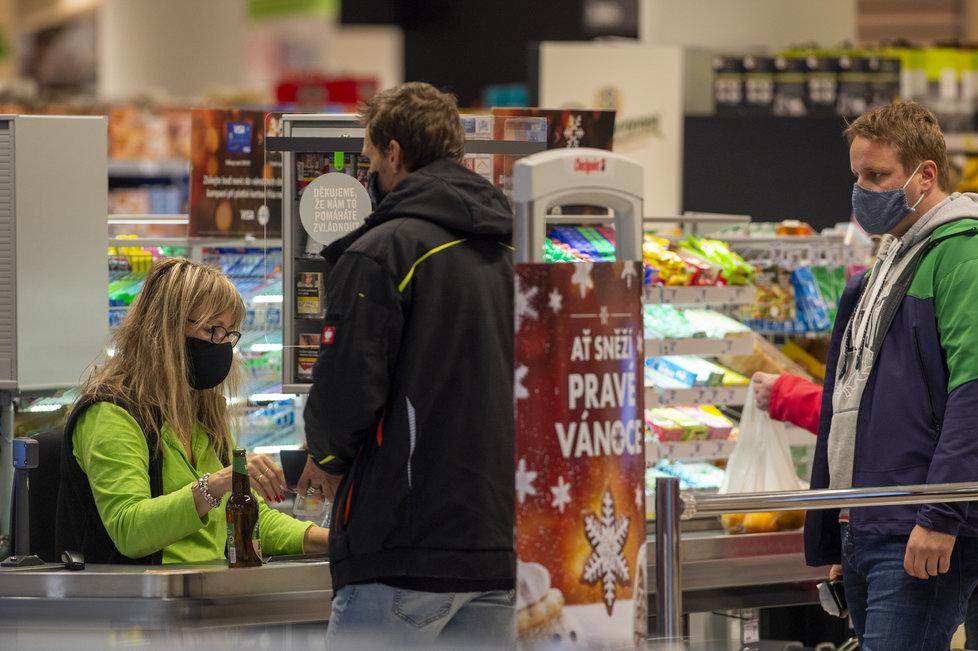 Češi využili toho, že supermarket v Českých Budějovicích může být otevřený: Fronty u pokladen a narváno (8.11.2020)