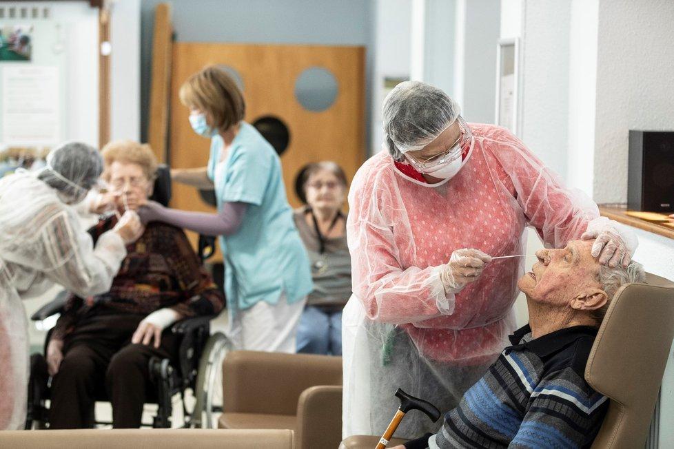 Testování seniorů ve Francii.