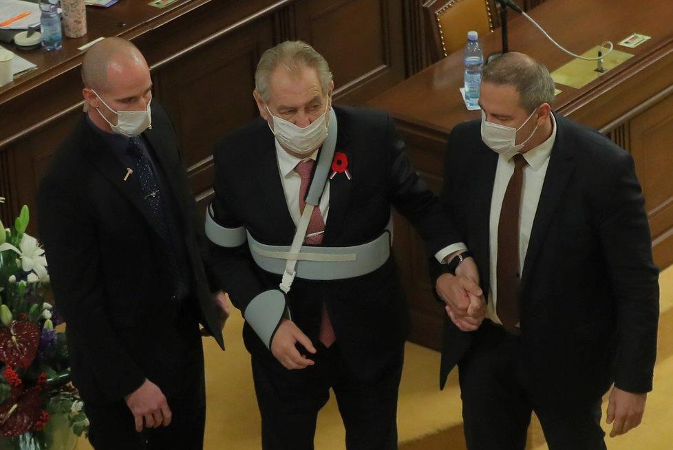 Prezidenta Miloše Zemana vyprovází ochranka a předseda Sněmovny Radek Vondráček ze Sněmovny (11.11.2020)