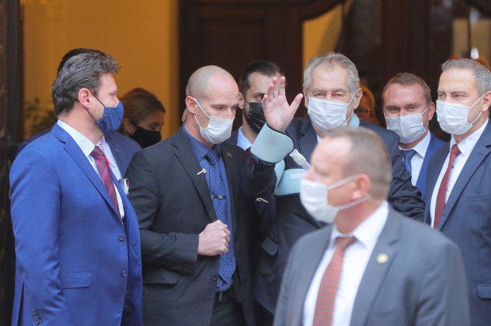 Prezident Miloš Zeman odchází ze Sněmovny poté, co se vyjádřil k rozpočtu na rok 2021 (11.11.2020)