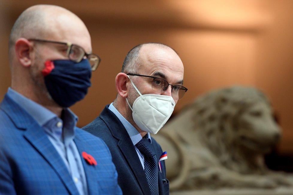 Zleva ministr školství Robert Plaga (ANO) a ministr zdravotnictví Jan Blatný (za ANO) vystoupili 11. listopadu 2020 v Praze na tiskové konferenci k návratu dětí do škol.