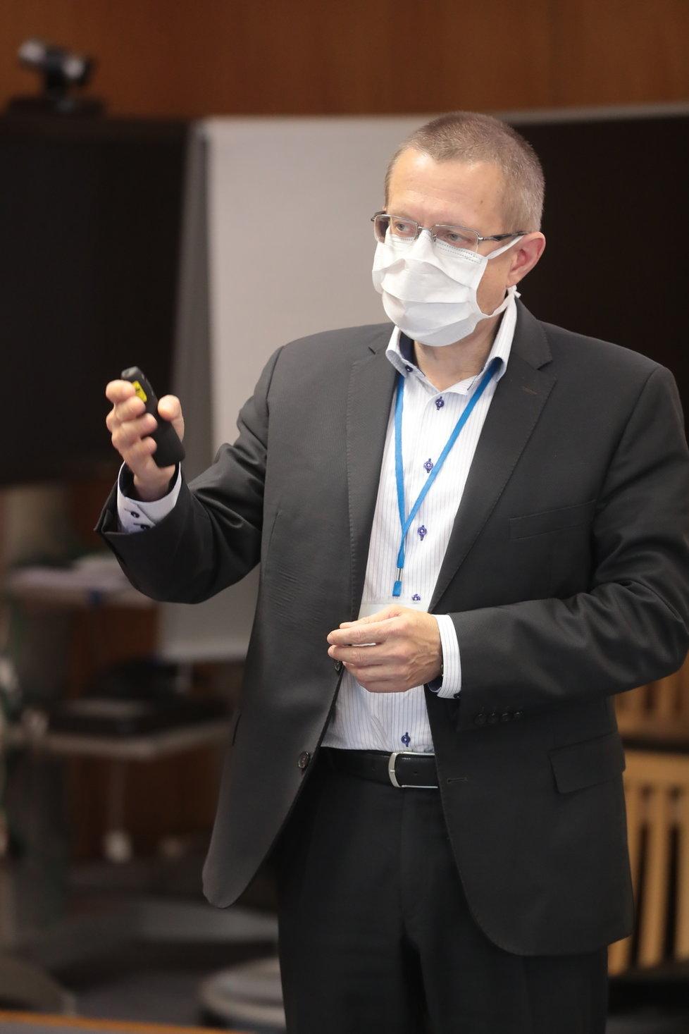 Šéf statistiků ÚZIS Ladislav Dušek na tiskovce ministerstva zdravotnictví (13.11.2020)