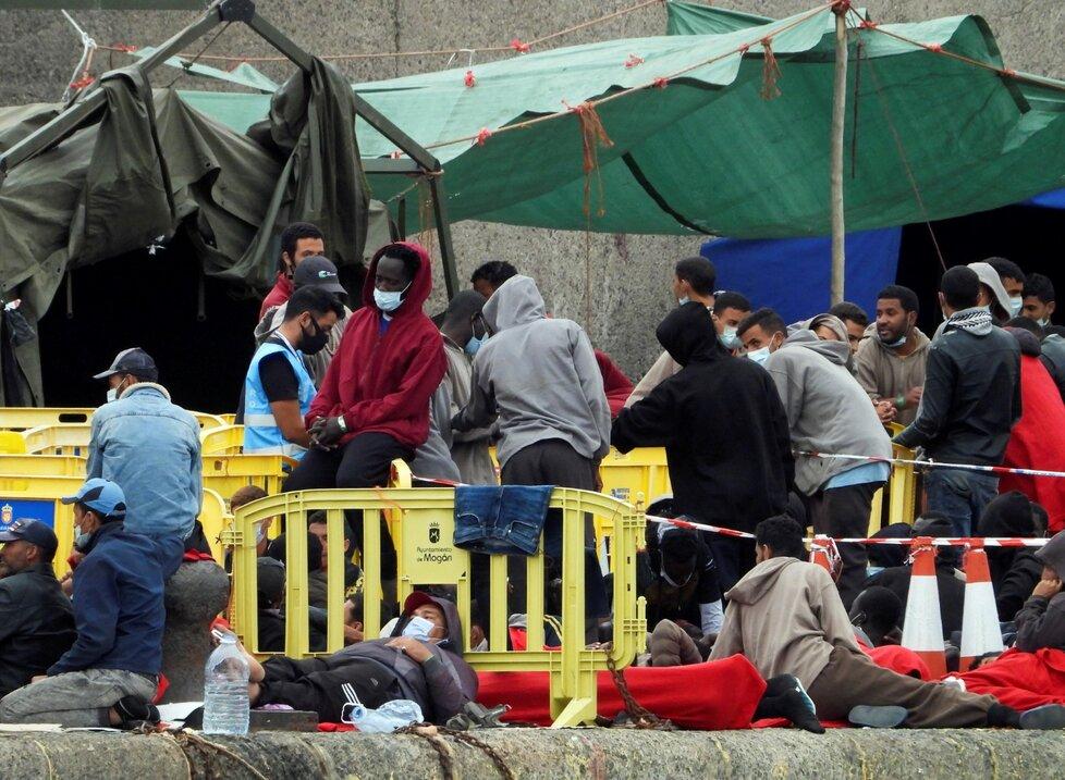 Koronavirus na lodi v Itálii: Migranti byli drženi v karanténě na lodi