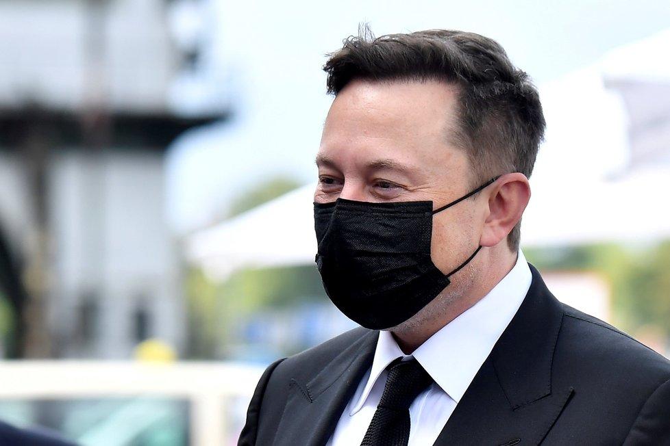 Miliardář Elon Musk v roušce