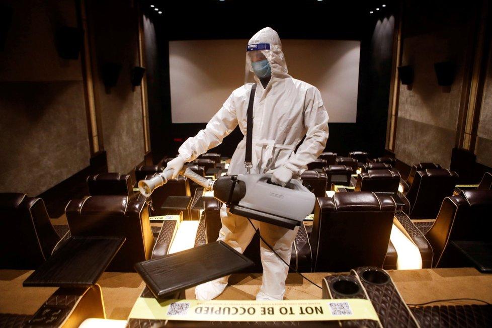 Koronavirus v Indii: Dezinfekce kinosálu před začátkem filmu