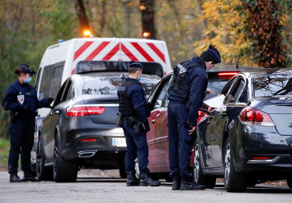Koronavirus ve Francii: Policie provádí kontrolu osvědčení o výjimce během mezinárodního lockdownu (15.11.2020)