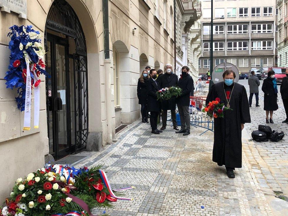 U Hlávkovy koleje se ráno 17. listopadu sešli zástupci Karlovy univerzity a vrcholní politici.