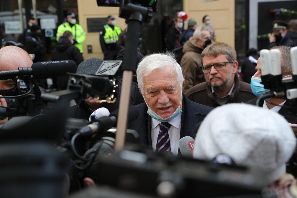 Exprezident Václav Klaus na Národní třídě s rouškou pod bradou (17.11.2020)
