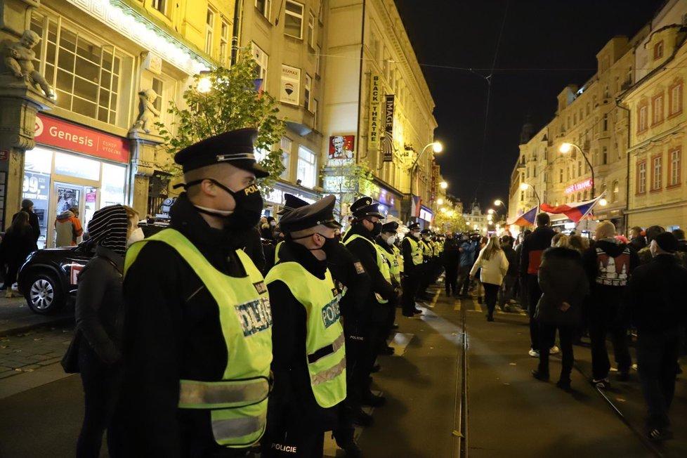 Prahou prošli lidé protestující proti vládě a jejím opatřením proti koronaviru. (17.11. 2020)