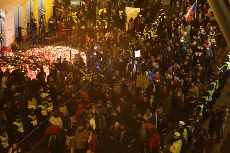 Demonstranti a demonstrantky proti vládním opatřením prošli i Národní třídou (17.11.2020)
