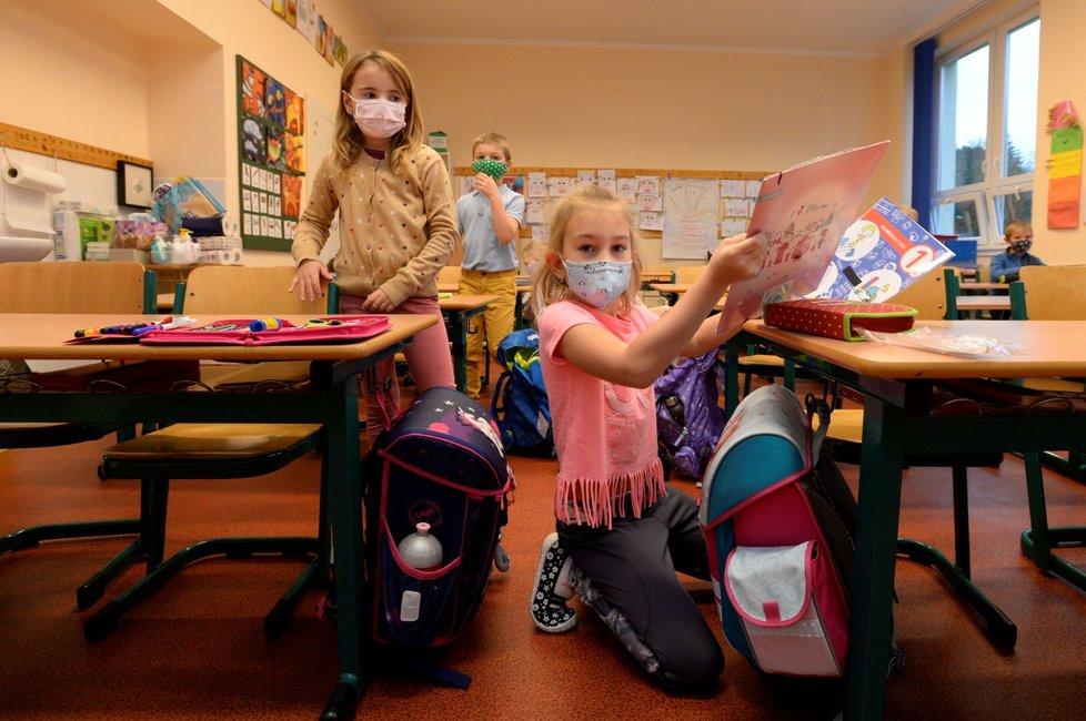 Koronavirus v Česku: Děti prvních a druhých tříd ZŠ se vrací do školních lavic. (18.11.2020)