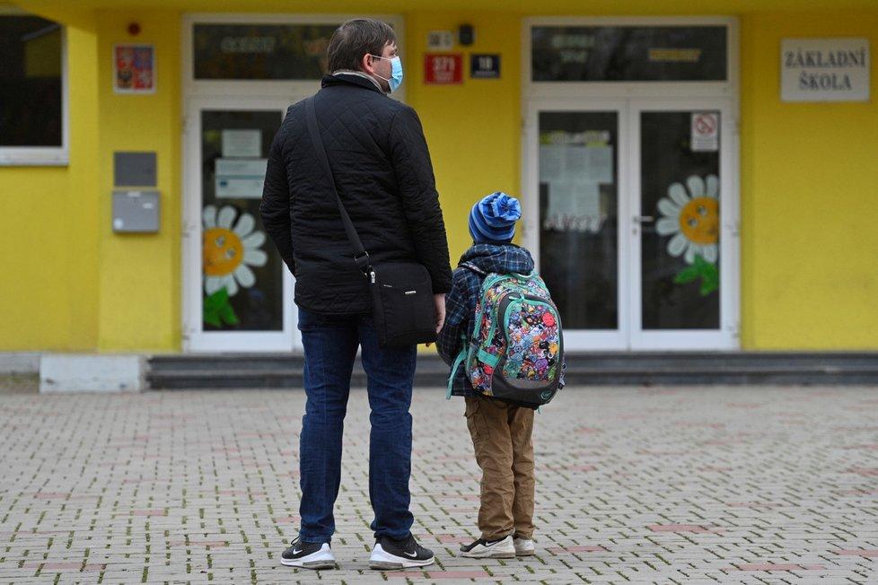 Koronavirus v Česku: Žáci prvních a druhých ročníků ZŠ se vrací do škol (18.11.2020)