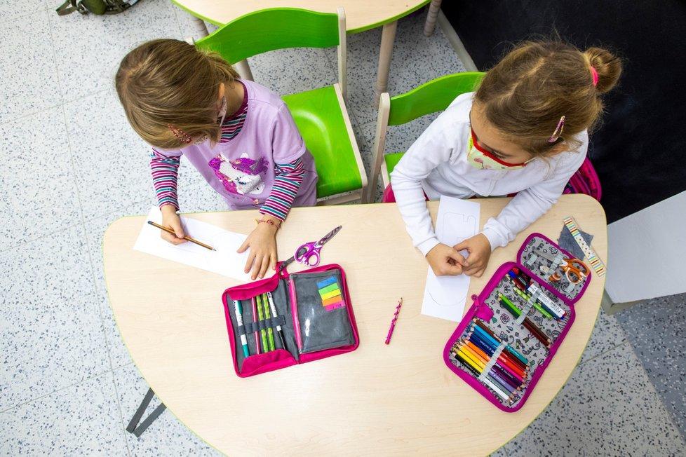 Koronavirus v Česku: Děti se po měsíční pauze vrací do školy (18.11.2020)