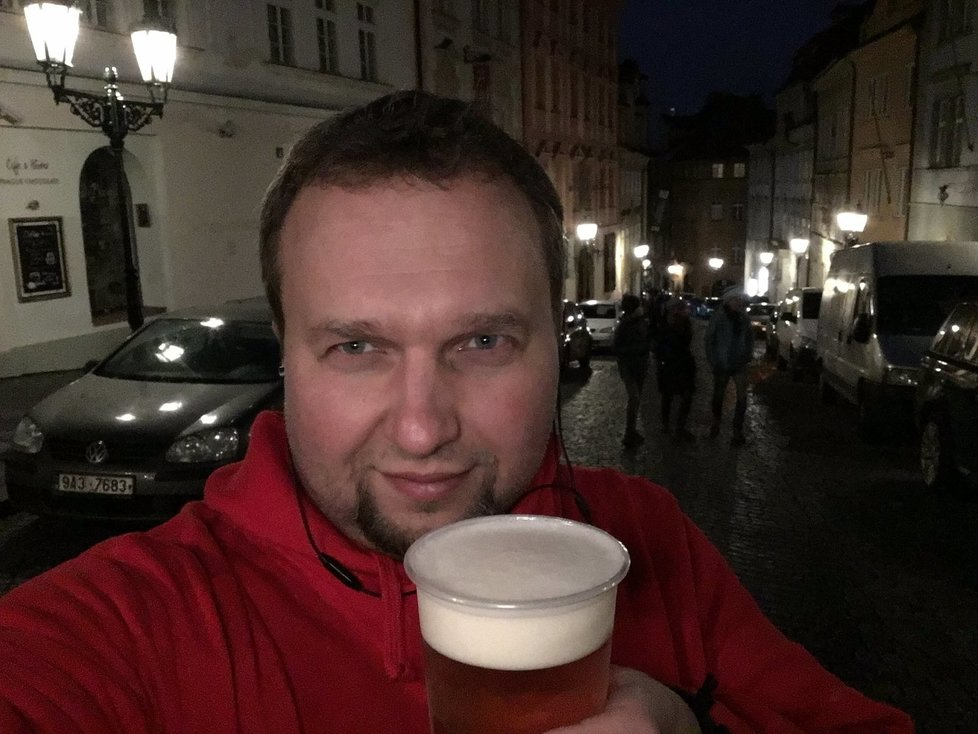 Marian Jurečka (KDU-ČSL) si v podvečer 17. listopadu dal pivo z výdejního okénka restaurace a vyfotil si s ním selfie. Snímek sice následně ze sítě smazal, poté se však omlouval.