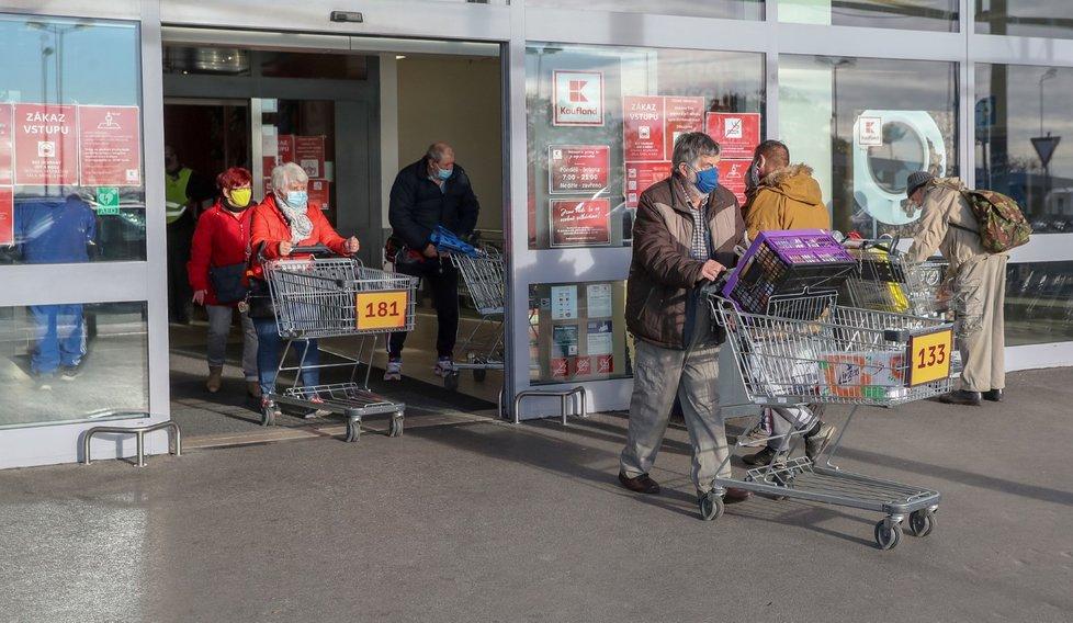 Koronavirus v Česku: Supermarkety upravily své plochy tak, aby mohl kolem sebe mít návštěvník 15 m2. Očíslovaly i vozíky, aby bylo jasné, kolik lidí může být uvnitř prodejny. (18.11.2020)