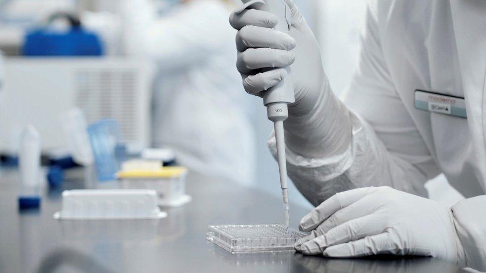 Španělsko má podepsánu smlouvu na dodávku vakcín s šesti farmaceutickými firmami (na obr. výzkum ve firmě Moderna)