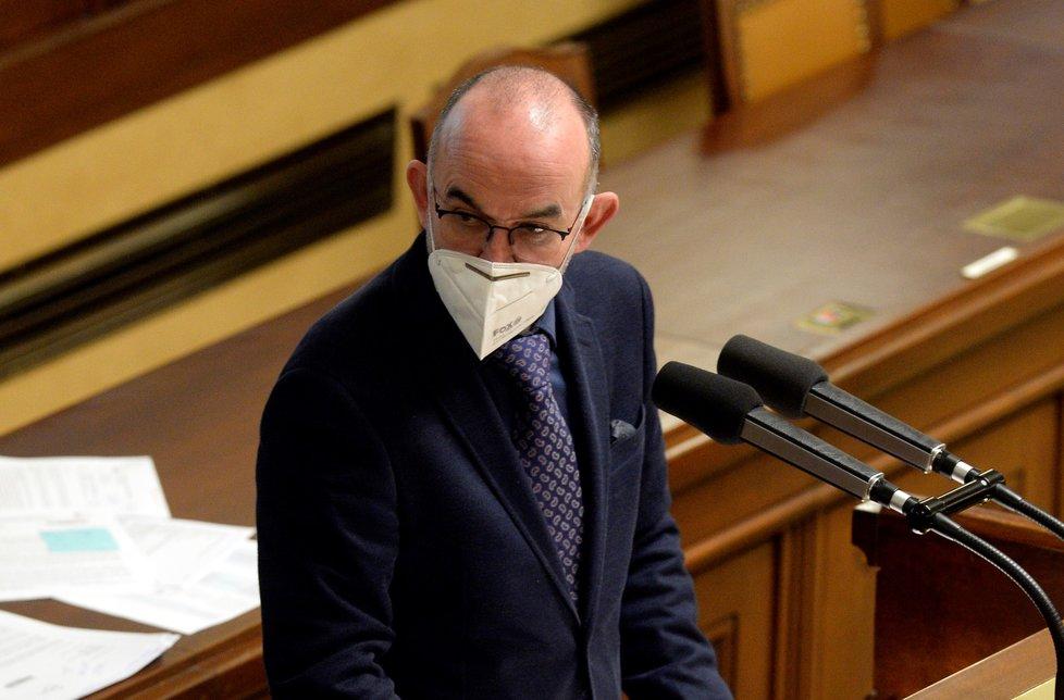 Ministr zdravotnictví Jan Blatný (za ANO) obhajuje ve Sněmovně žádost vlády o prodloužení nouzového stavu o 30 dní až do 20. prosince (19. 11. 2020)