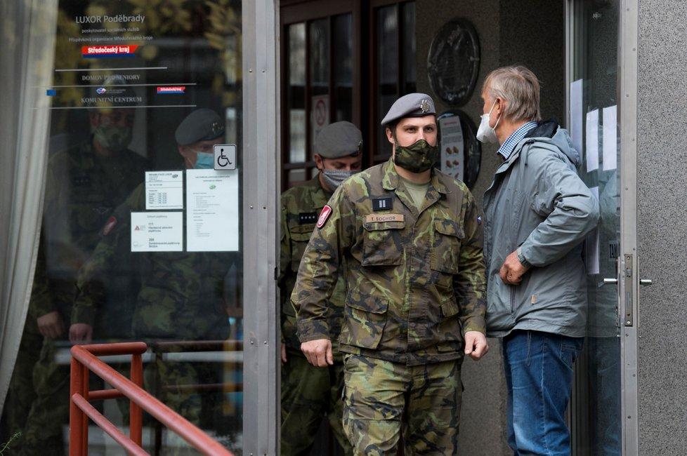 Do domova pro seniory v Poděbradech přijeli 20. listopadu 2020 na pomoc vojáci. V domově je asi pět desítek klientů nakažených covidem-19.