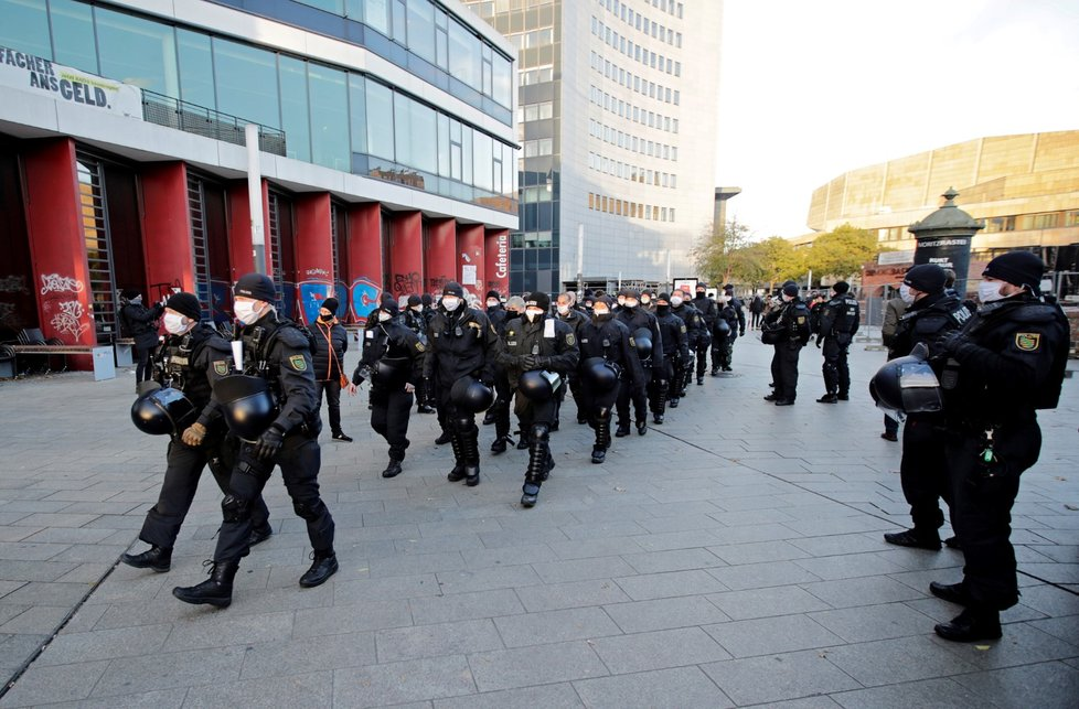 Demonstrace odpůrců opatření proti koronaviru a jejich oponentů v německém Lipsku (21. 11. 2020)