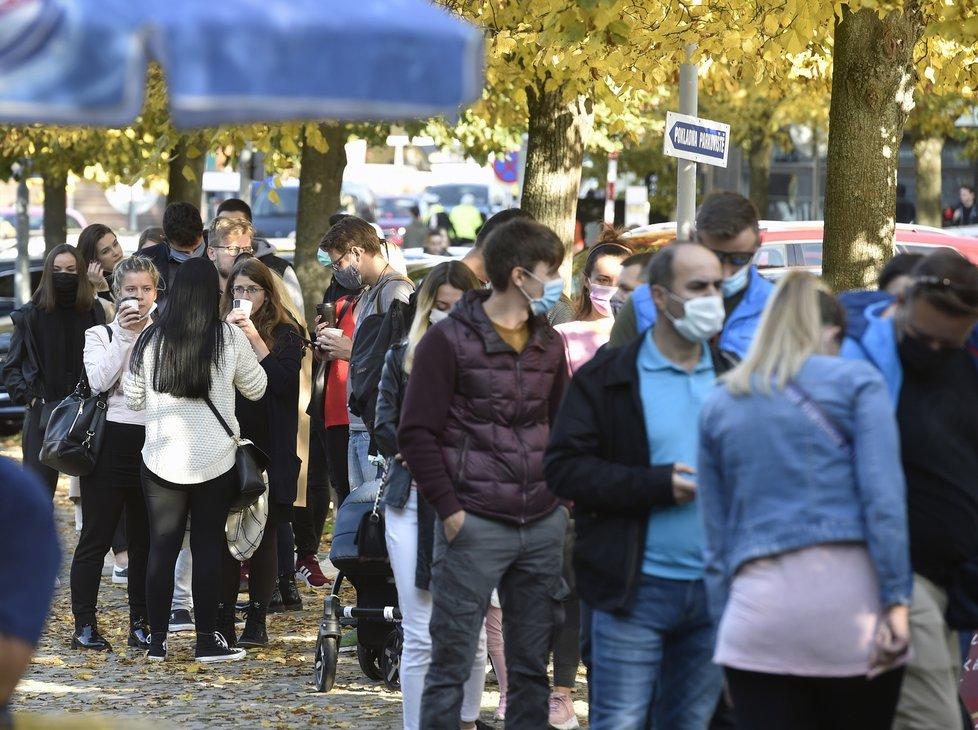 Koronavirus v ČR: Lidé ve frontě u Průhonického parku