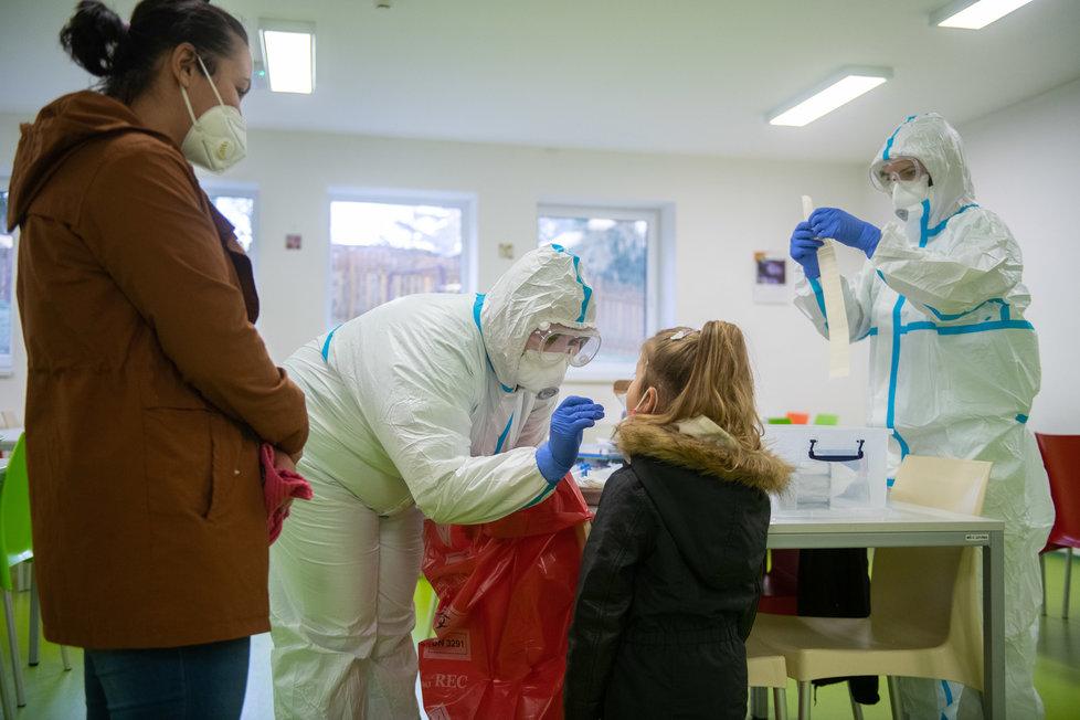 Koronavirus v ČR: Testování ve školce v Žandově na Českolipsku