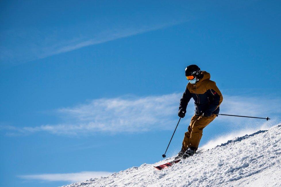 Kvůli opatřením proti šíření koronaviru přijde sezona českých lyžařů a snowboardistů na miliony korun navíc.