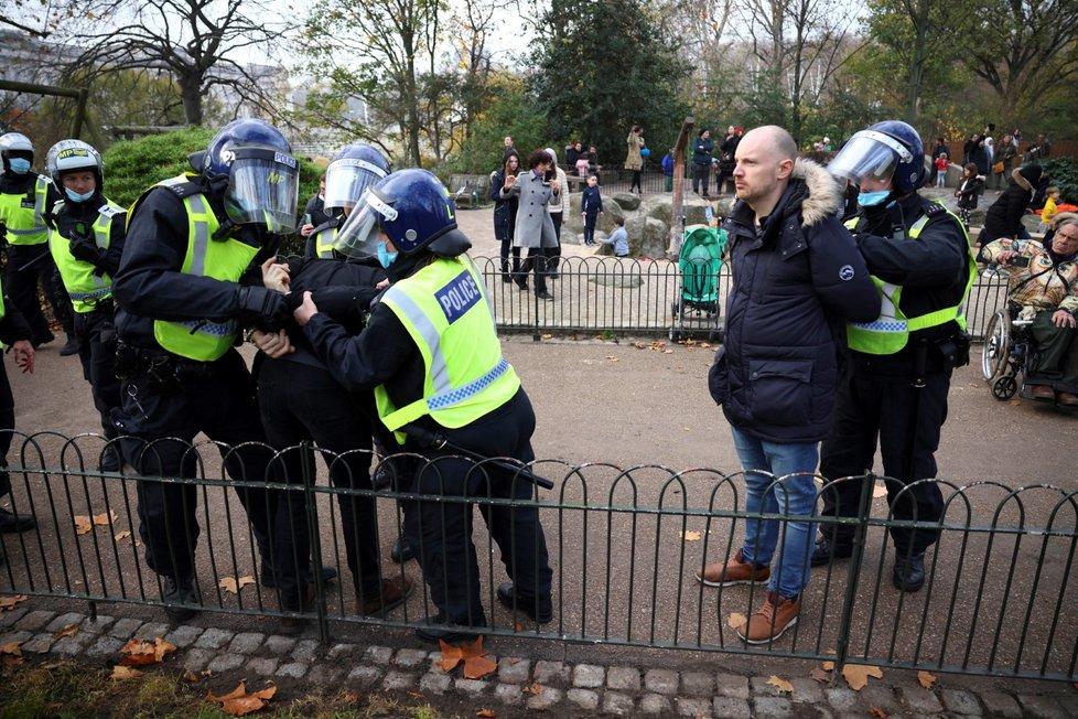 Protest odpůrců protiepidemických opatření v Londýně.