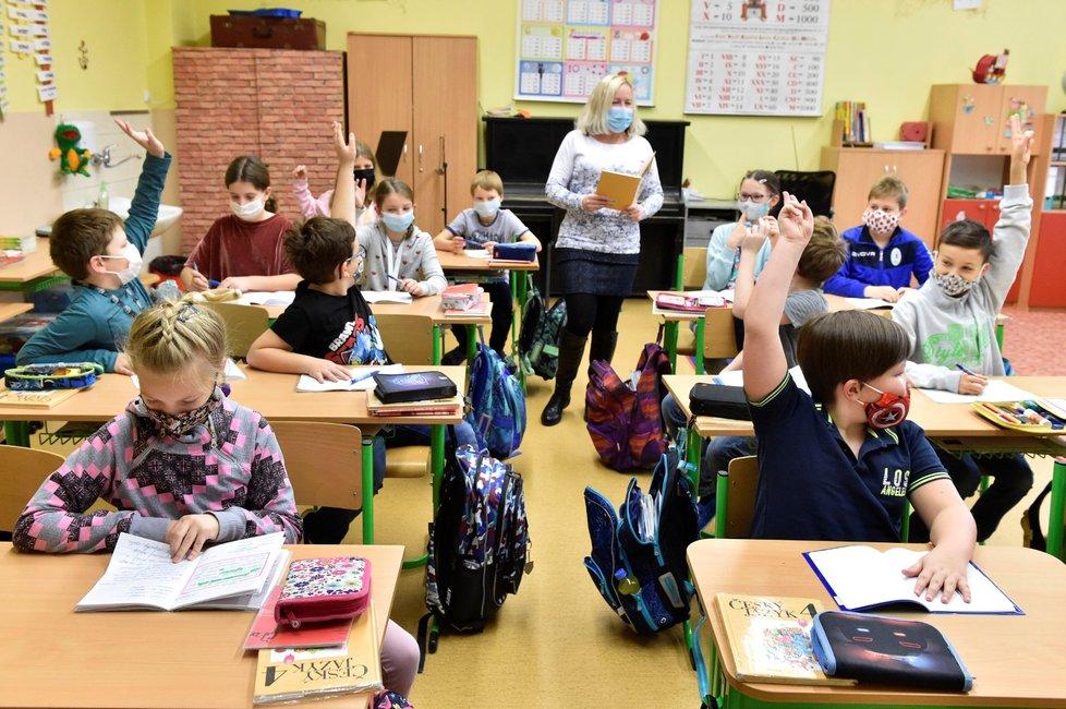 Do školních tříd se 30. listopadu 2020 vrátili další žáci základních škol: Děti z prvního stupně a 9. tříd chodí bez omezení, další třídy druhého stupně se střídají po týdnech