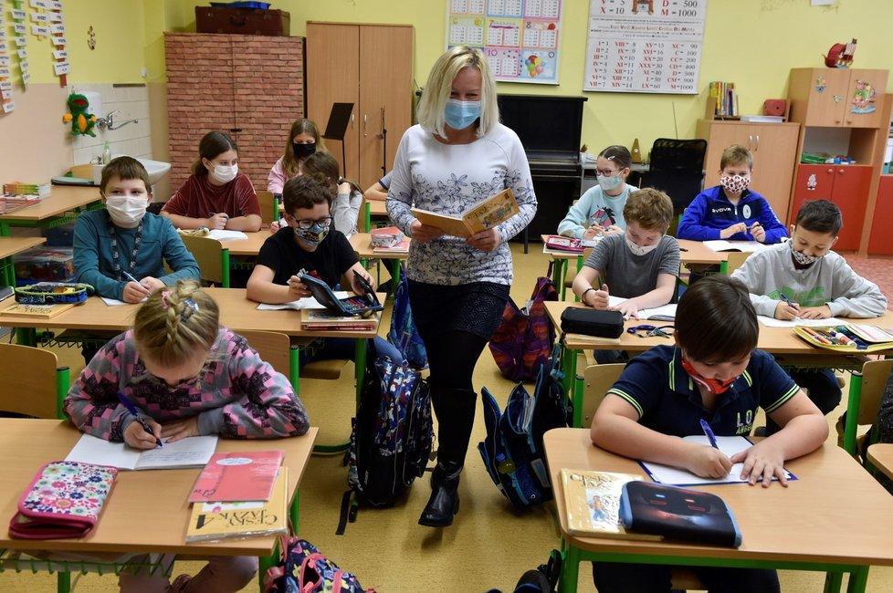 Do školních tříd se 30. listopadu 2020 vrátili další žáci základních škol: Děti z prvního stupně a 9. tříd chodí bez omezení, další třídy druhého stupně se střídají po týdnech.