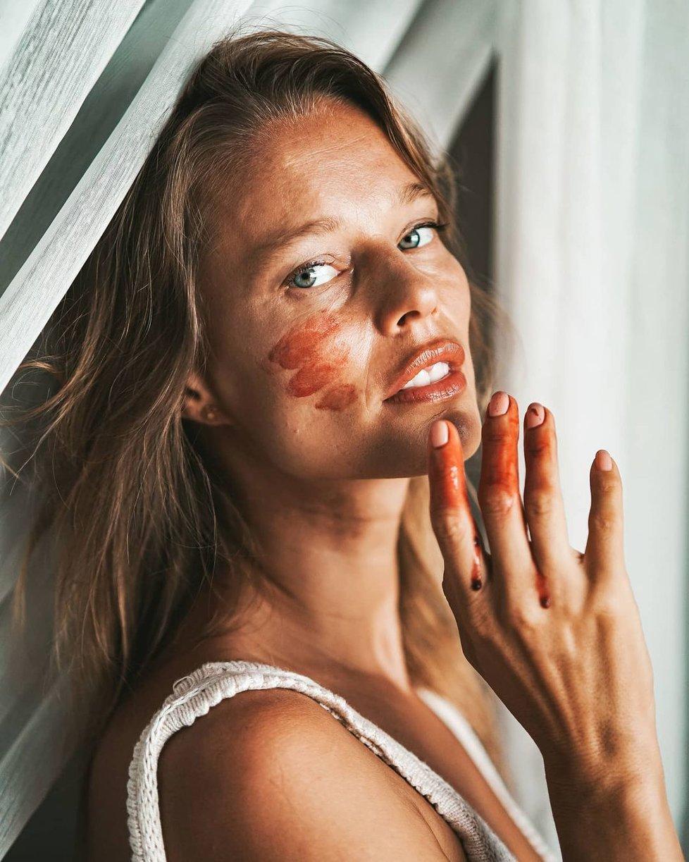 Helena Houdová s posvátnou menstruační krví...