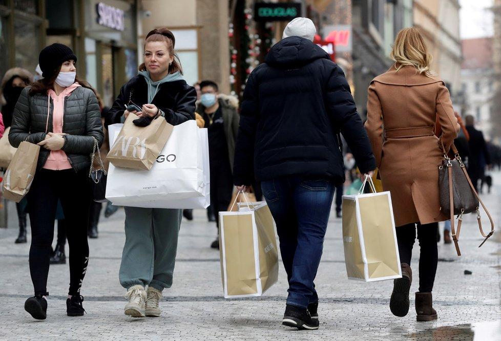 Koronavirus v Česku: V první den otevření obchodů se stály dlouhé fronty.