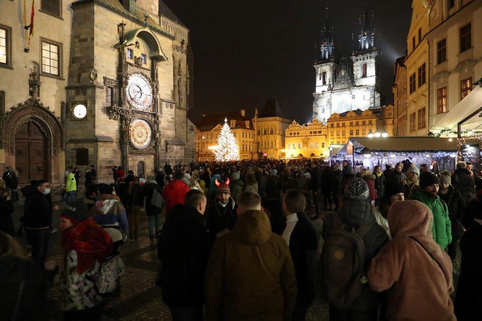 Koronavirus v Česku: Centrum Prahy bylo ve čtvrtek v den rozvolňování plné lidí (3.12.2020)