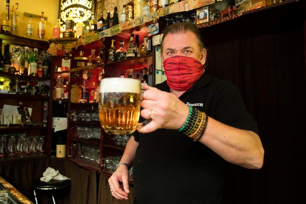 Koronavirus v Česku: Ve čtvrtek se v den rozvolňování nahrnulo do hospod a restaurací mnoho lidí. Ve 22:00 musí restauratéři své brány zavřít. (3.12.2020)