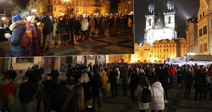 Rozvolnění opatření v Česku: Davy lidí a fronty na Staroměstském náměstí v Praze (3.12.2020)