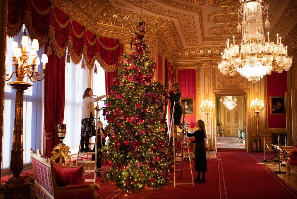 Vánoce královny Alžběty II. v roce 2020: Šestimetrový vánoční stromeček má až z Norska.