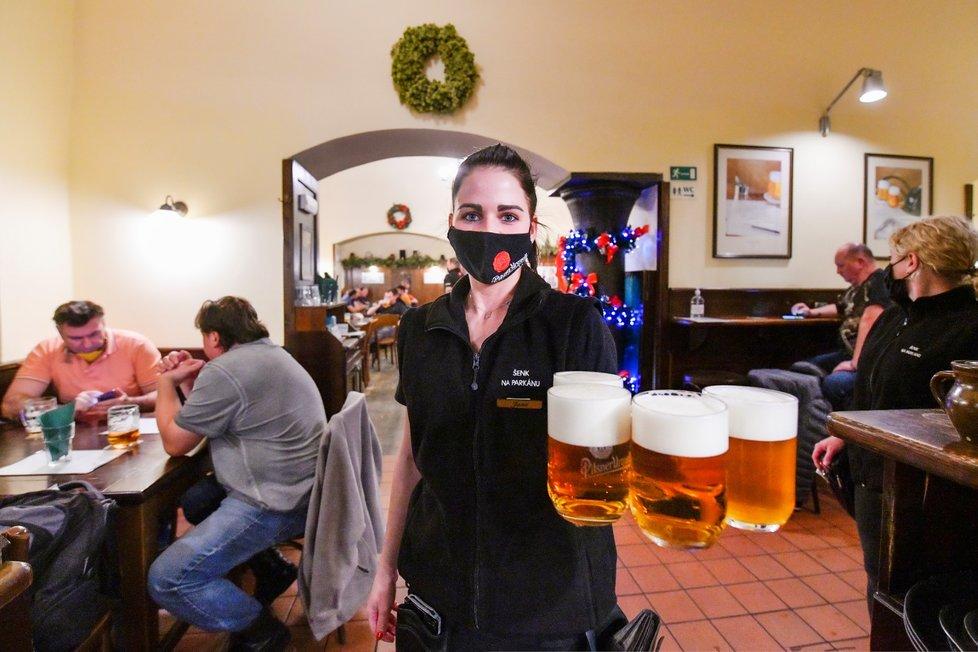 Čechům se z hospody nechtělo, některé podniky musela zavírat policie. (ilustrační foto)