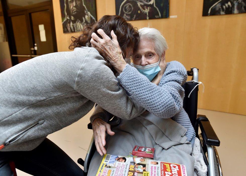 Po téměř dvou měsících se mohli senioři z Alzheimer domova Zátiší v pražských Kunraticích opět shledat se svými blízkými (5. 12. 2020)