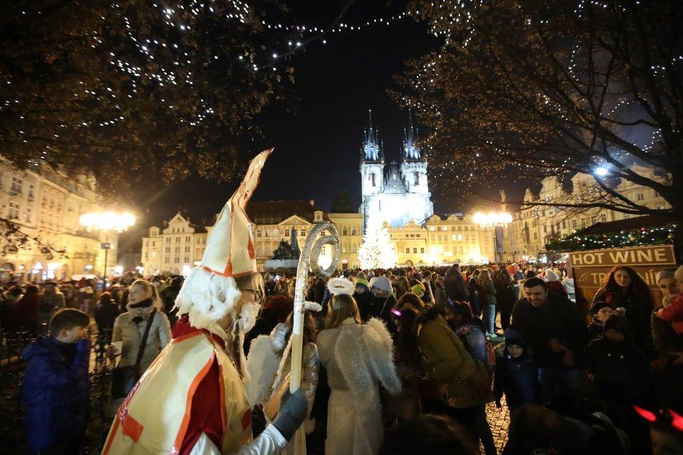 Svátek svatého Mikuláše a davy lidí na Staroměstském náměstí v Praze (5. 12. 2020)