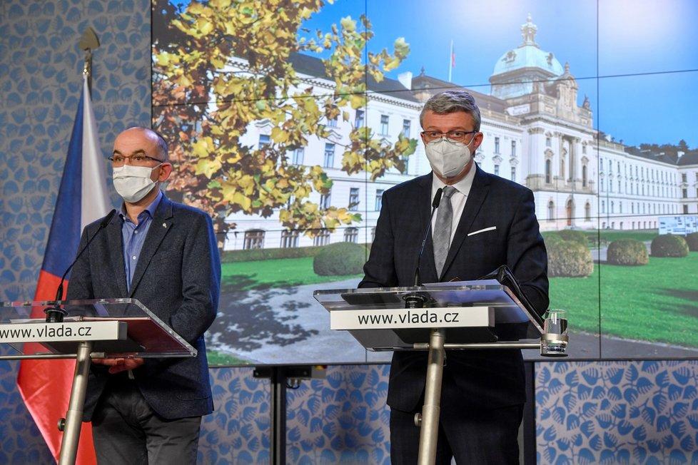 Ministr zdravotnictví Jan Blatný (vlevo) a místopředseda vlády, ministr dopravy a ministr průmyslu a obchodu Karel Havlíček (oba za ANO) vystoupili na tiskové konferenci po jednání vlády (7. 12. 2020)