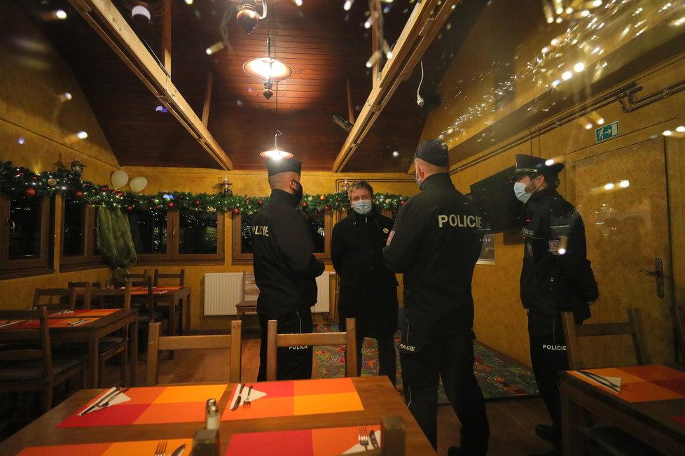 Policie zasahovala v rebelující restauraci Šeberák v Kunraticích (9.12.2020)