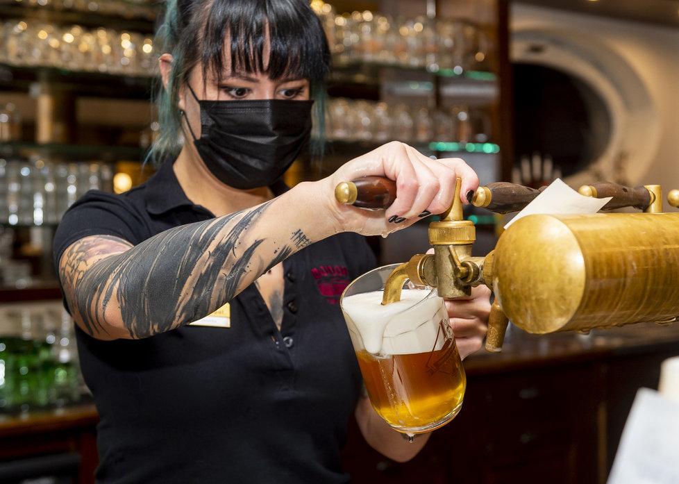 V Teplicích zůstal po 20:00 otevřený na protest proti vládním nařízením i pivovar Monopol. (9.12.2020)