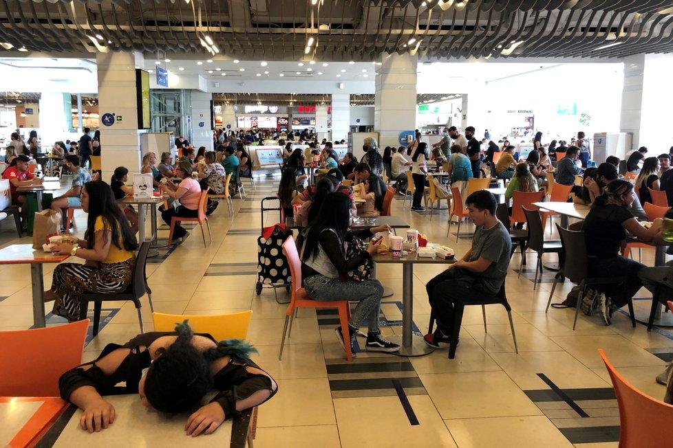 Koronavirus v Chile: Lidé v nákupním centru